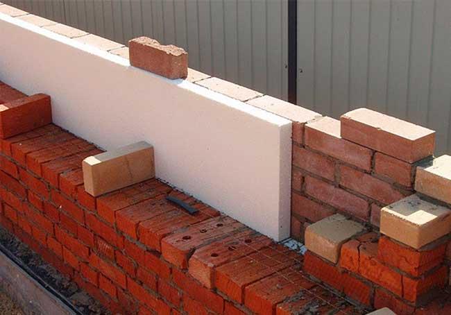 Стена дома из кирпича